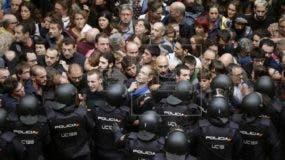 Por su parte, el Ministerio español del Interior indicó que nueve policías y dos guardias civiles también resultaron heridos de carácter leve.