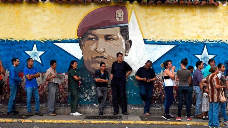 El oficialismo ganó 18 de 23 gobernaciones, en medio de denuncias de irregularidades por parte de la oposición.