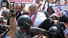 Un contingente policial impidió la entrada de los galenos al Ministerio de Salud Pública. Foto:  Imágenes Dominicanas.