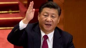 El presidente Xi Jinping se impuso este martes como el dirigente chino más poderoso en 40 años, al incluir su nombre en los estatutos del Partido Comunista de China (PCC), un símbolo que lo ubica a la altura del fundador del régimen, Mao Zedong.