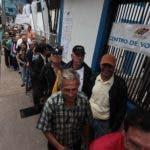 La gente hace cola en un colegio electoral en San Cristóbal, en el estado de Táchira, durante las elecciones regionales en Venezuela, el 15 de octubre de 2017. AFP
