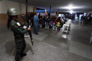 Los venezolanos se dirigieron a las urnas el domingo en las elecciones regionales como una prueba crucial para el presidente Nicolás Maduro y la oposición por igual después de meses de protestas callejeras mortales no pudo derrotarlo. AFP