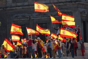 El parlamento catalán votó a favor de la independencia de España y proclamar una república, al igual que Madrid está a punto de imponer un gobierno directo sobre la región para detenerlo en su camino.