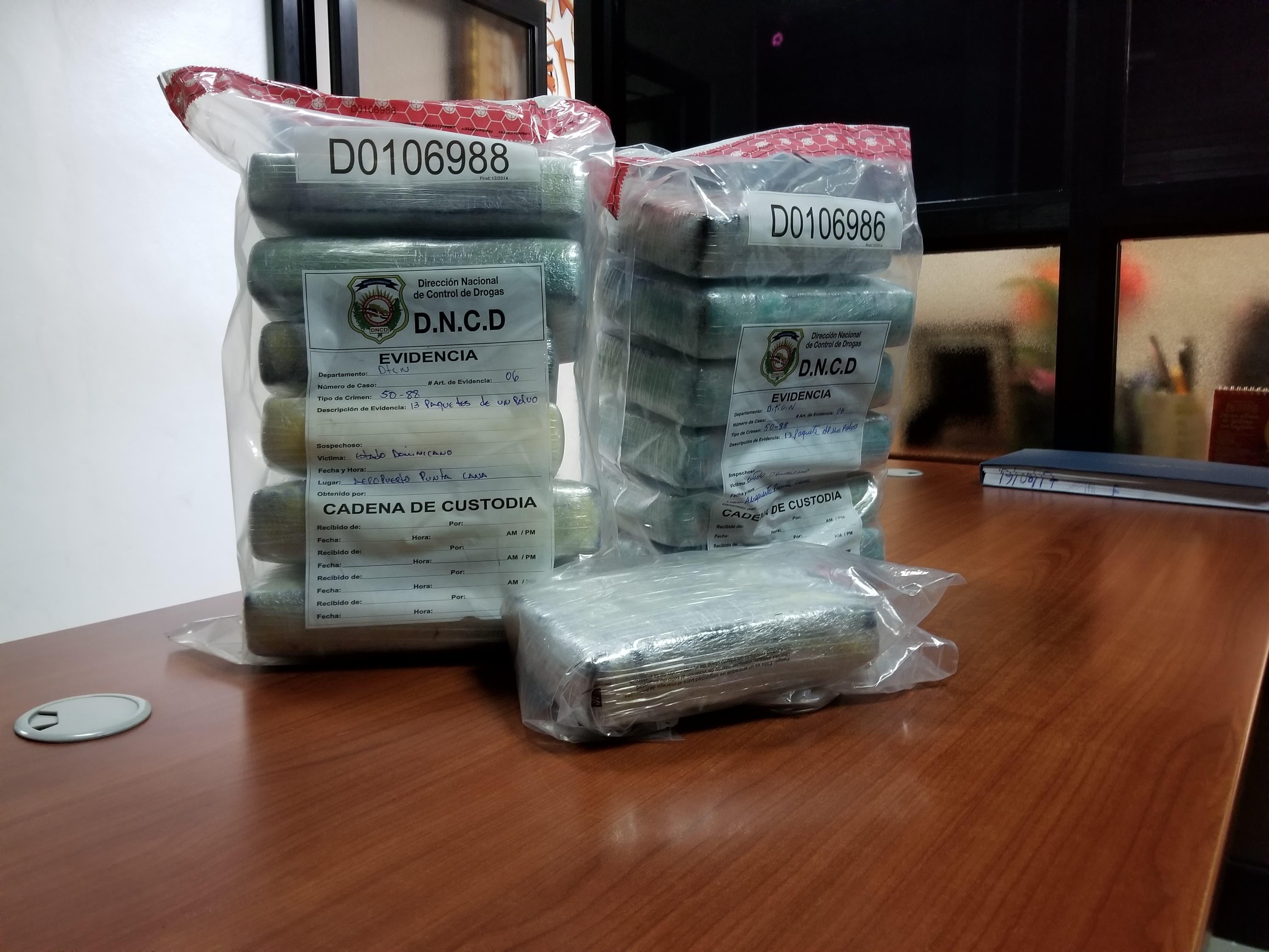 DNCD apresa a un extranjero con 13 paquetes de cocaína en aeropuerto Punta Cana