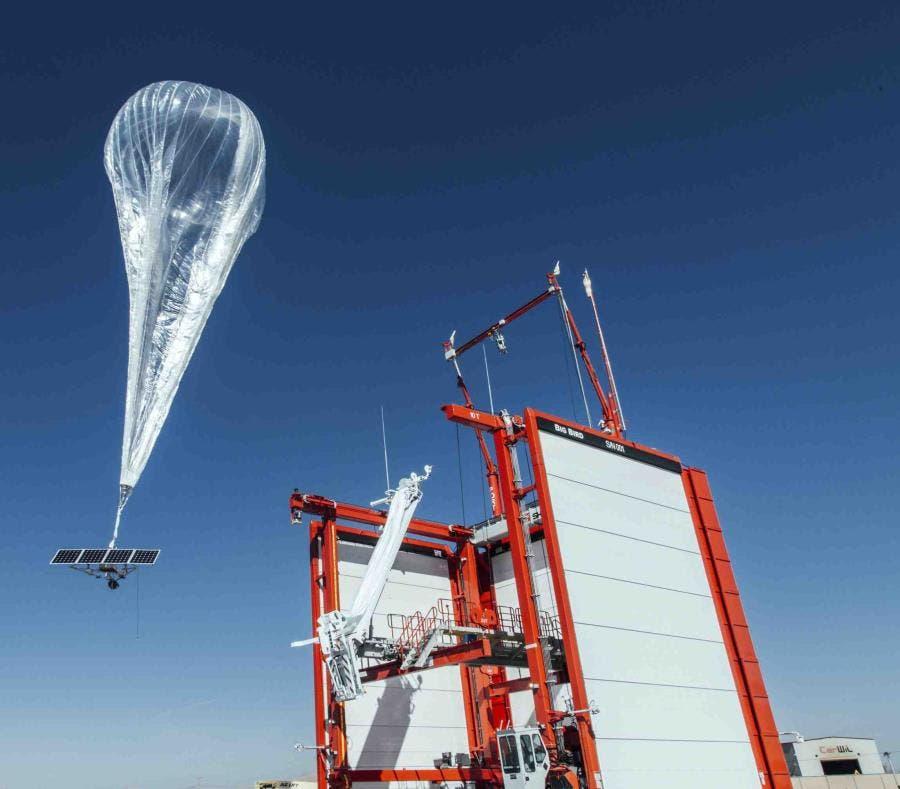 Esta foto muestra el despegue de un globo estratosférico desde Nevada que provee de servicio de internet a regiones remotas de Puerto Rico. (Proyecto Loon vìa AP)
