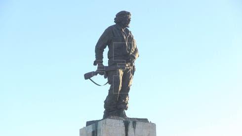 """El presidente de Cuba, Raúl Castro (c), preside el acto del 50 aniversario de la muerte de Ernesto """"Che"""" Guevara,"""