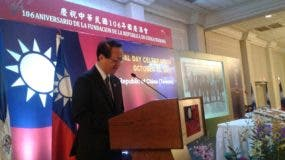 El embajador de Taiwán, Valentino Tang habla durante la actividad.