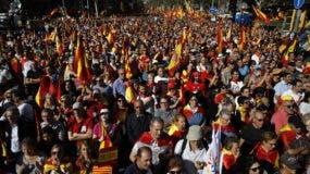 Miles de personas se manifiestan hoy en el centro de Barcelona. AP