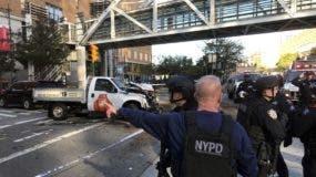 Policías responden a un reporte de disparos en la calle West Street, en Manhattan. (foto Martin Speechley/NYPD via AP)