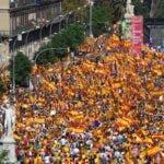 """Manifestantes escuchan al escritor peruano Mario Vargas Llosa durante una manifestación convocada por la """"Sociedad Civil Catalana"""" para apoyar la unidad de España. AFP"""