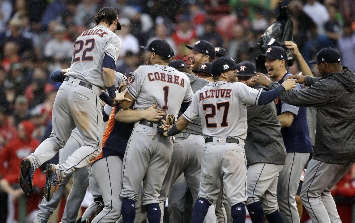 Los Astros de Houston celebran su victoria sobre los Medias Rojas de Boston. AP