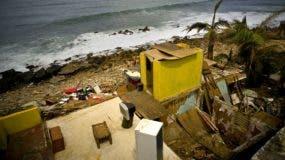 Los escombros de una casa  tras el paso del huracán María en el barrio pobre de La Perla en San Juan, Puerto Rico. AP