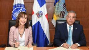Flora Montealegre Painter, representante del BID en el país y el ministro de Hacienda, Donald Guerrero Ortiz firman el acuerdo.