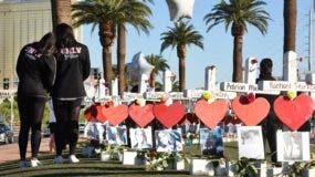 Los miembros de la Universidad de Las Vegas visitan 58 cruces blancas para las víctimas del tiroteo masivo de la noche del domingo en Las Vegas Strip, justo al sur del hotel Mandalay Bay, el 6 de octubre de 2017 en Las Vegas, Nevada.
