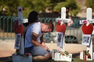 Ethan Avanzino se aflige junto a una cruz blanca por su amigo Cameron Robinson, una de las 58 víctimas del tiroteo en masa de la noche del domingo, en Las Vegas Strip, justo al sur del hotel Mandalay Bay, 6 de octubre de 2017 en Las Vegas, Nevada.