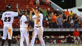 Cam Perkins es felicitado por Ramón Torres y Rosell Herrera.