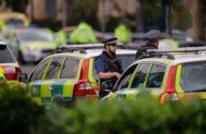 Unos policías británicos aparecen en el área donde varias personas fueron atropelladas por un auto, en el centro de Londres, el sábado 7 de octubre del 2017. Un auto atropelló el sábado a transeúntes afuera del Museo de Historia Natural de Londres, dejando varios heridos, dijo la policía. Una persona fue detenida en el lugar. (AP Foto/Alastair Grant)