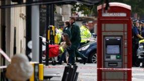Socorristas llevan a una mujer en una camilla en el área donde varias personas fueron atropelladas por un auto, en el centro de Londres, el sábado 7 de octubre del 2017. Un auto atropelló el sábado a transeúntes afuera del Museo de Historia Natural de Londres, dejando varios heridos, dijo la policía. Una persona fue detenida en el lugar. (AP Photo/Kirsty Wigglesworth)