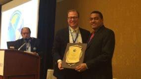 El reconocimiento fue entregado por el presidente de la SIP, Matt Sanders, al director de El Día, José P. Monegro.