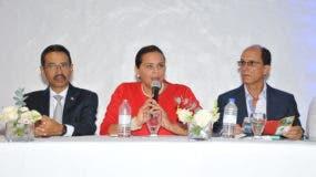 Sucre Feliz Carbuccia, director de Relaciones con Haití de la Cancillería Dominicana;  Rosa María García, presidenta de la CCDH y  Manuel Finke, director de la Asociación de Hoteles de Playa Dorada, Puerto Plata.