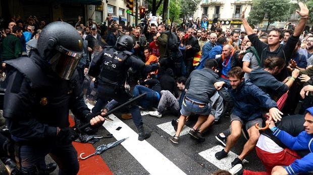 Referéndum catalán: Casi 400 heridos en choques con la Policía
