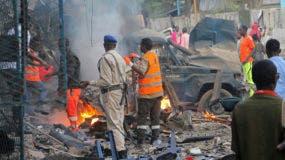 Somalí inspecciona restos de vehículos después de un coche bomba que fue detonada en Mogadishu, Somalia el sábado 28 de octubre de 2017.