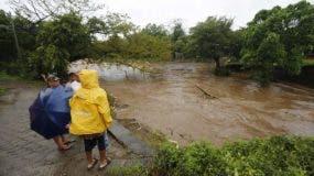 Los residentes observan las inundaciones del río Masachapa luego del paso de la tormenta tropical Nate en la ciudad de Masachapa, a unos 60 km de la ciudad de Managua. AFP