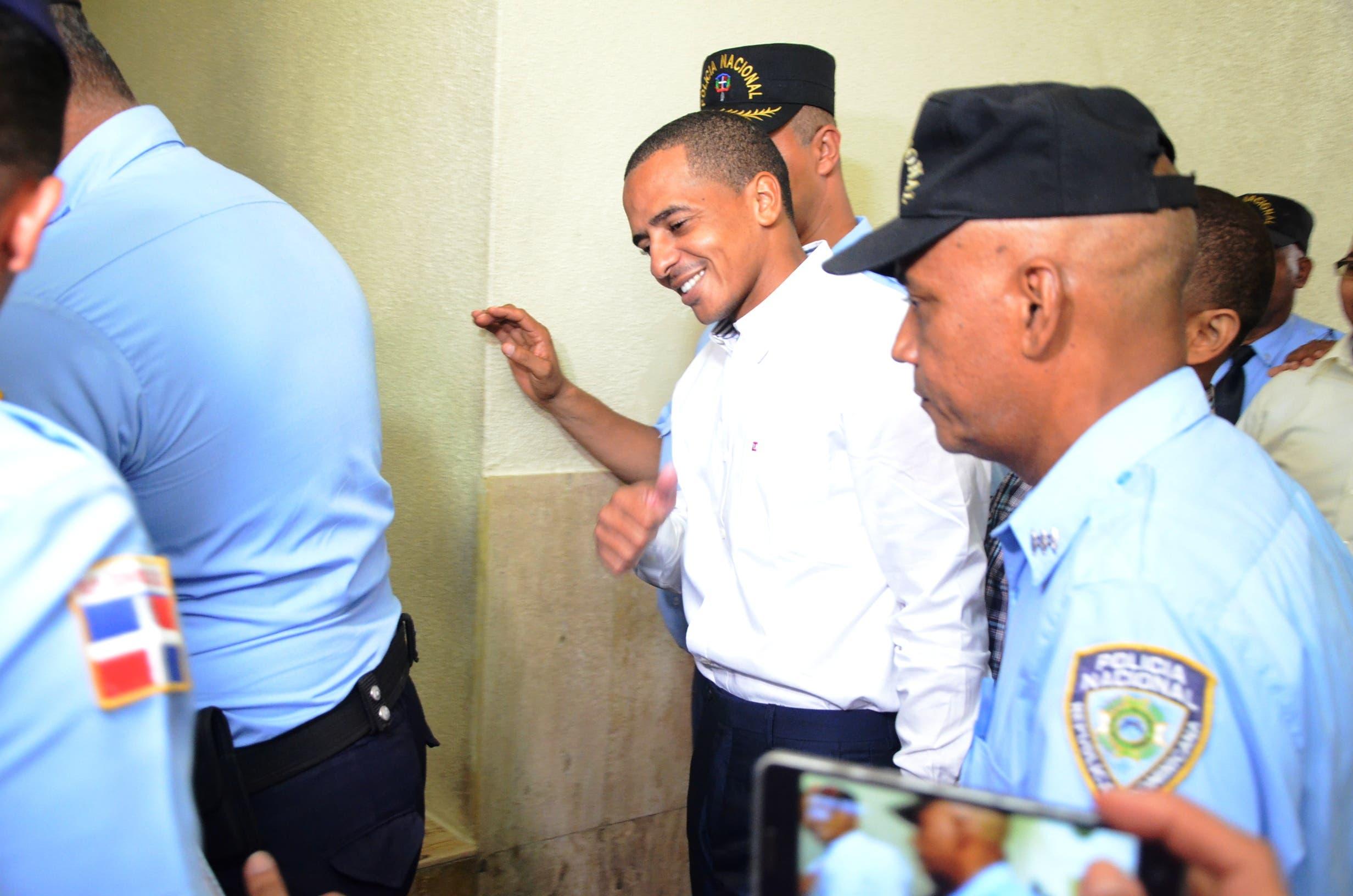 Jueza envía a juicio de fondo a Yimi Zapata y otros acusados de estafar estudiantes