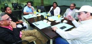 Ejecutivos y periodistas de EL DÍA entrevistando a Fernando.
