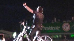 Carlos Vives subió al escenario a las 10:10 de la noche.