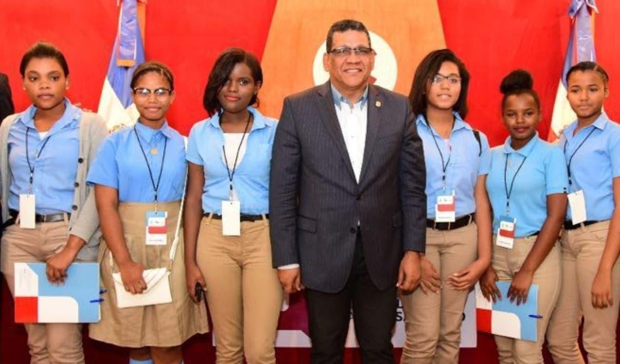 Rubén Maldonado junto al grupo de estudiantes del liceo Gastón Fernández Deligne.