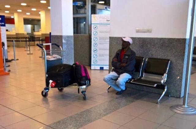 Por el momento, Herns está en la tierra de nadie.   Como le pasa en la película a Viktor Navorski (Hanks), habitante involuntario del aeropuerto internacional JFK de Nueva York, el haitiano duerme en un sillón y pasa horas sentado o caminando.
