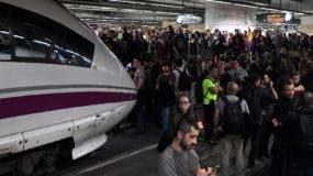 Los manifestantes catalanes invadieron  las vías ferroviarias.