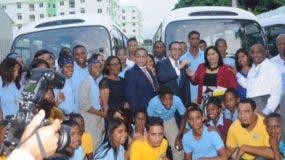 Andrés Navarro y Rafael Ovalles entregan las llaves de diez autobuses para movilizar estudiantes.