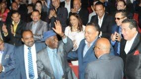 Joseíto Mateo rodeado de una gran cantidad de sus colegas merengueros en foto de archivo en el Teatro Nacional Eduardo Brito.