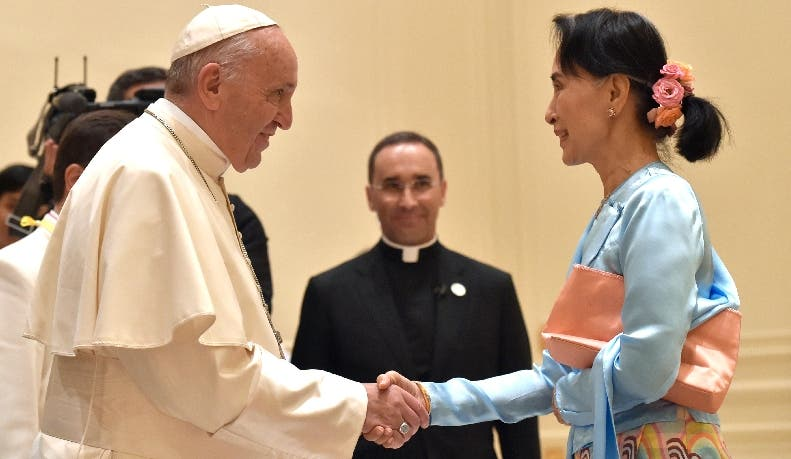 Papa Francisco compartió con    líder birmana Aung San Suu Kyi.