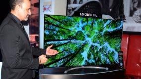Eduardo Ferreira mientras mostraba las particularidades del nuevo modelo de TV.