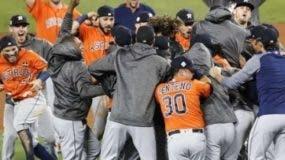 Astros festejan primer título.