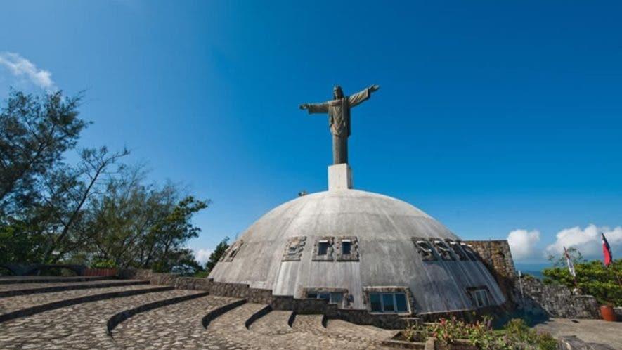 Desde este monumento se observan la más exuberante vegetación  y la  costa  que bordea la ciudad de Puerto Plata.