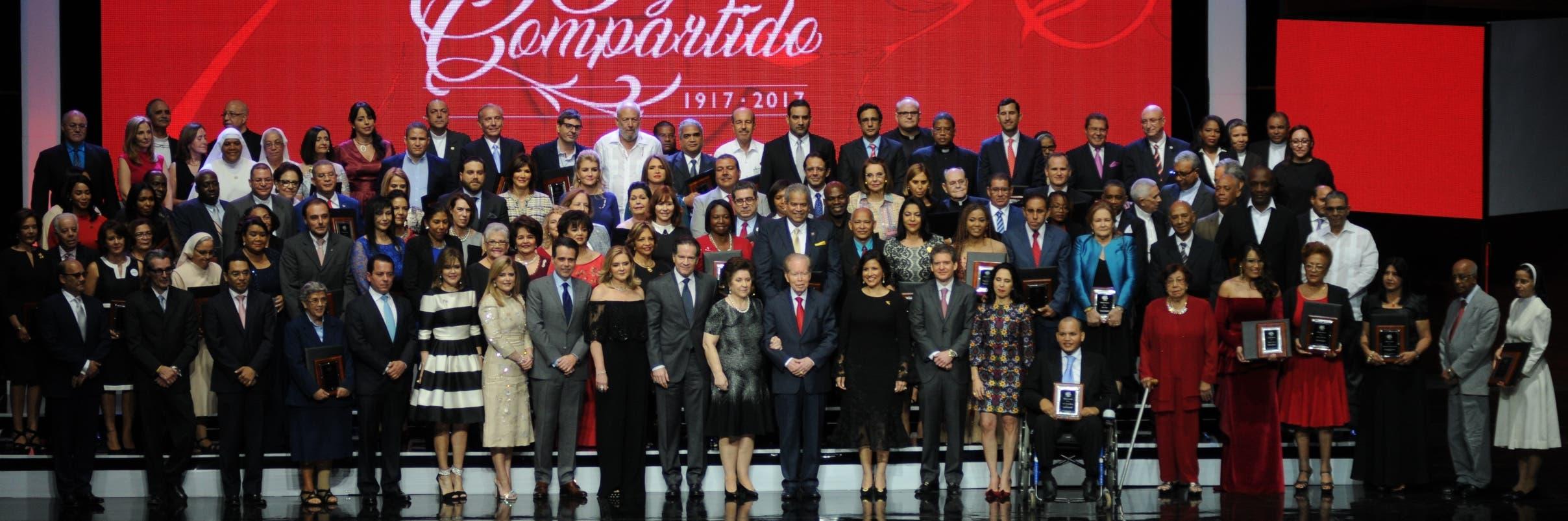 Reconocidos por entregarse a los demás  La familia Corripio, junto a los representantes de las cien instituciones galardonadas con   una placa y un millón de pesos que deberán utilizar para continuar sus obras.