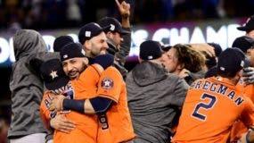 El equipo de los Astros de Houston celebra  la corona de la Serie Mundial.