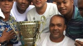 Miguel Ceballo con el trofeo.