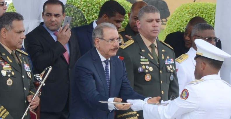 Medina hizo la entrega de los sables de mando a los oficiales.