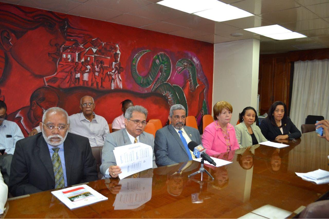 Los directivos del gremio hicieron la denuncia en rueda de prensa.