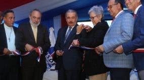 Danilo Medina acompañado de funcionarios en la actividad.