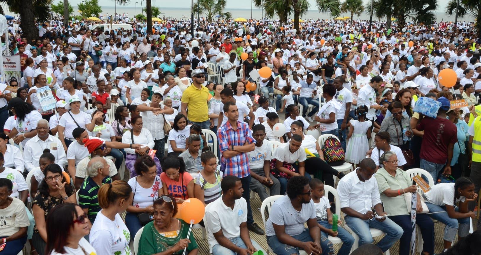 Desde las primeras horas de la mañana empezaron a congregarse miles de familias para marchar en el Malecón de Santo Domingo.