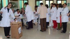 Los profesionales de la salud acudieron a centros de votación.