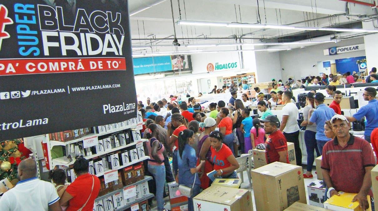 ELIESER TAPIA  Desde primeras horas los clientes acudieron a los centros  que tenían ofertas por el 'Viernes Negro'.