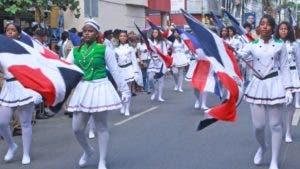 Estudiantes participaron en el desfile en la avenida Constitución.