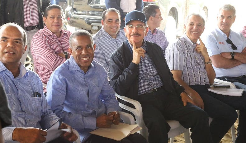 El presidente Danilo Medina reunido con productores de tabaco.